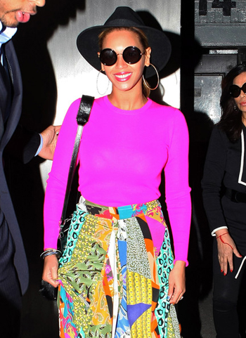 Beyonce_in_Linda_Farrow_Round_Shades_fame_flynet_pictures.jpg