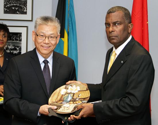 Min-Mitchell_Chinese-Signing-Visa-Exemption-Agreement-Dec-19_-2013---77451.jpg