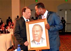 S-Photo-1-Jamaal-Rolle_-The-Celebrity-Artist-presents-portrait-to-Ambassador-Andrew-Young-_-Former-Mayor-of-Atlanta.jpg