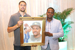 S-2015-NBA-Champion-Klay-thompson-receives-portraits-from-Bahamian-artist_--Jamaal-Rolle-_-The-Celebrity-artist.jpg