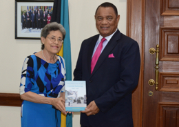 49963DR._GAIL_SAUNDERS_PRESENTS_PM_WITH_NEW_BOOK-sm.jpg