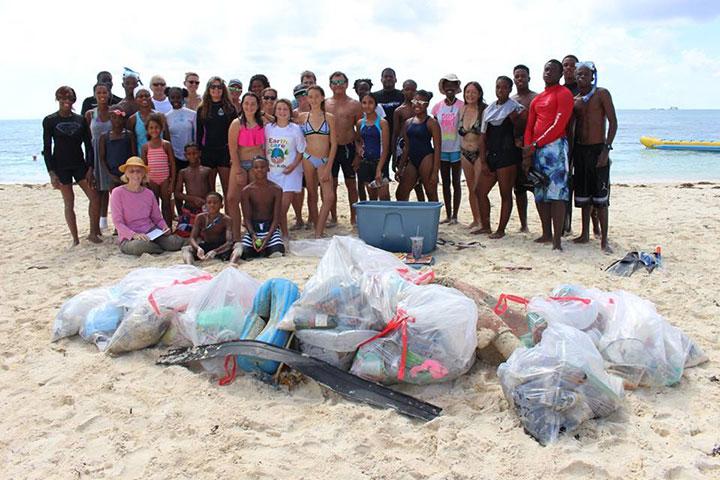 EARTHCARE-3rd-Underwater-Cleanup-volunteers-with-marine-------debris-September-10th-2016.jpg