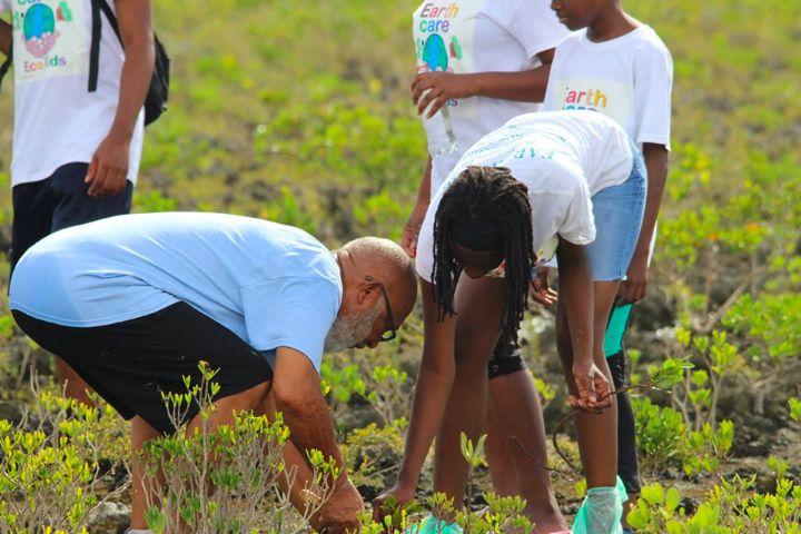 Joe_Darville__Waterkeeper_Bahamas____________and_Shakada_Hutson__EARTHCARE_Eco_Kid_plant_mangroves___together.jpg