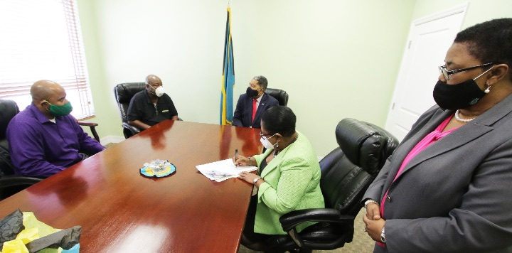 Minister_Campbell_and_Contract_Signing_June_23__2020____411866_1_.jpg