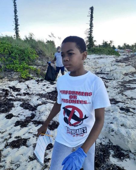 Nathanael_Smith__EARTHCARE_Eco_Kid_________Team_Leader_cleaning_Coral_Beach_for_ICC_Day.jpg