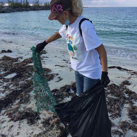 Patrizia_Palmarini__EARTHCARE_______member_cleaning_Fortune_Beach_on_ICC_Day_2020.jpg