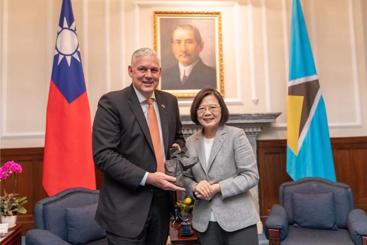 President_Tsai_presents_Prime_Minister_Chastanet_with_gift.jpg