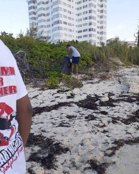 Requal_Davis_s_ICC_Team_cleaning_______Coral_Beach.jpg